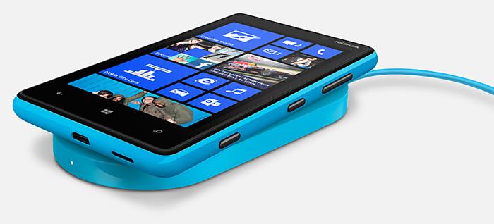 Nokia Lumia 820 con el cargado inálambrico