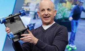 Steven Sinofsky demostrando la dureza de la Tablet de Microsoft