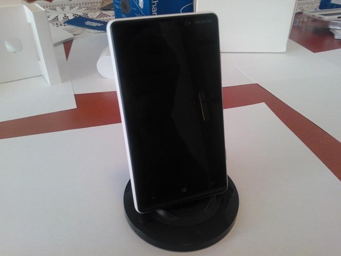 Foto frontal del Nokia Lumia 820 sobre el soporte de carga inalámbrica