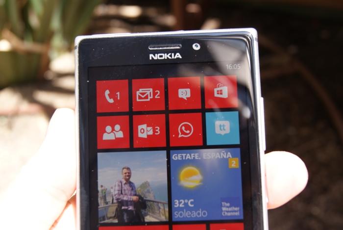 La pantalla del Nokia Lumia 925 se ve perfectamente aunque le de el sol directamente