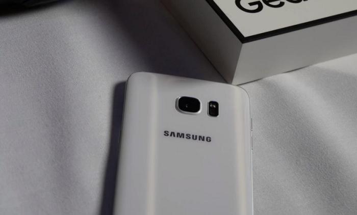 Samsung-Galaxy-S7-trasera-blanco-700x422