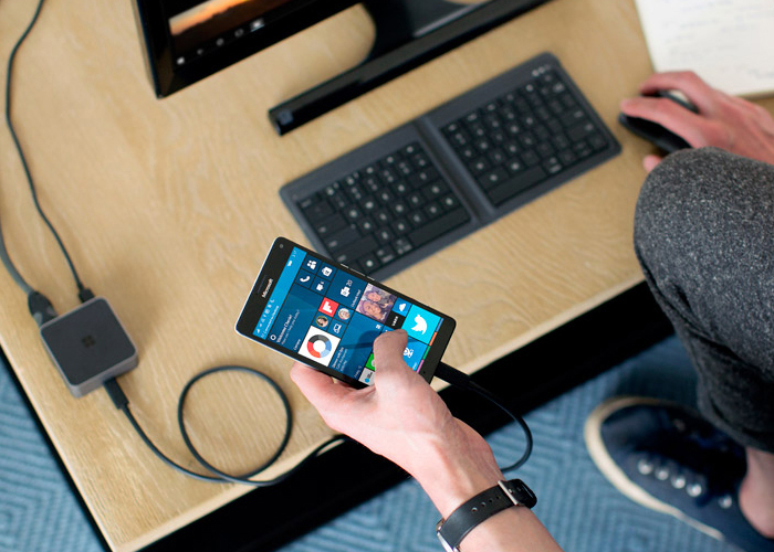 Lumia 950 conectado al dock de Continuum