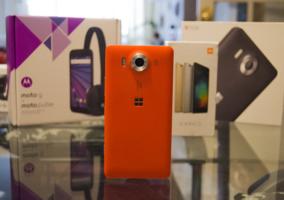 Lumia 950 con cajas de dispositivos Android detrás