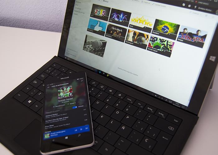 Web de OneDrive abierta en una Surface y Groove en un Lumia 950