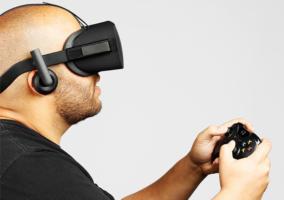 Persona jugando a Xbox One con las Oculus Rift